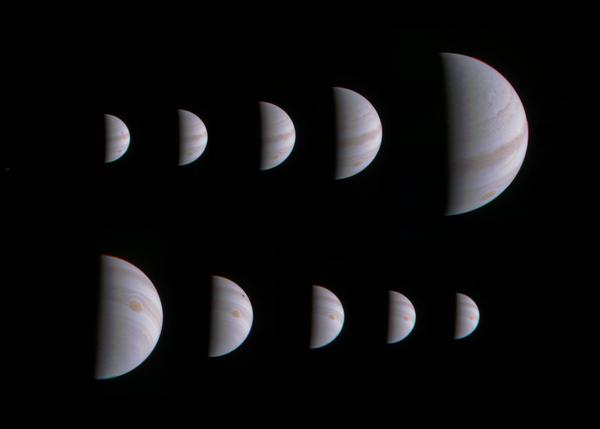 مونتاج مكون من الصور العشرة التي التقطتها كاميرا جونو يظهر كوكب المشتري يتمدد ويتقلص بوضوح وذلك قبل وبعد اقتراب المركبة الفضائية جونو من الكوكب بتاريخ 27 أغسطس، 2016.  حقوق: NASA/JPL-Caltech/SwRI/MSSS