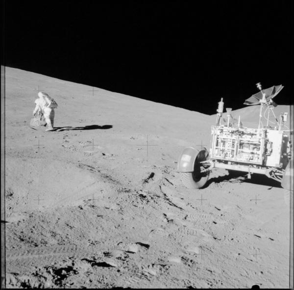 صورة لرواد رحلة أبولو 15 أثناء عملهم خارج المركبة على سطح القمر المصدر: ناسا/مركز جونسون للفضاء