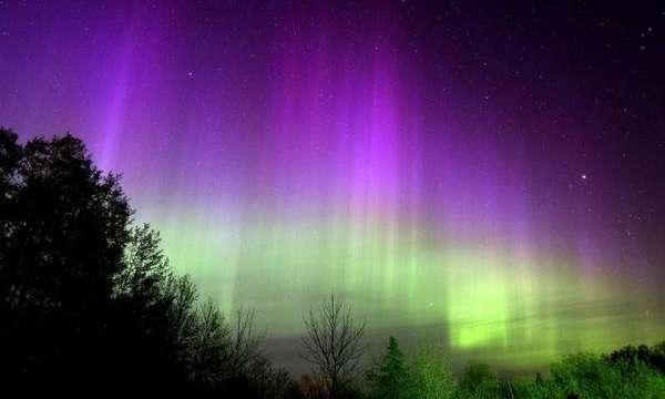 لوحة جميلة من أشعة الشفق تنتشر في السماء من جهة الشمال في 12 مايو في دولوث-مينيسوتا. تنتج ألوان الشفق على الأرض عند إثارة ذرات النيتروجين والأكسجين بواسطة الرياح الشمسية عالية السرعة.