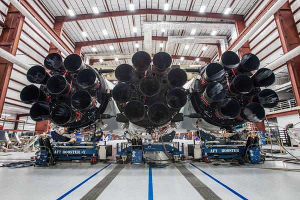 نشر إيلون ماسك هذه الصورة على حسابه في تويتر في 20 كانون الأول/ديسمبر 2017، وتظهر فيها المحركات السبعة وعشرون لصاروخ فالكون الثقيل خلال عملية تجميعه. حقوق الصورة: SpaceX/Elon Musk