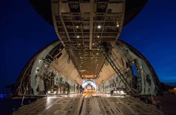 أضخم طائرة شحن في الأسطول الأمريكي C-5 Charlie، قبل تحميل الحاوية STTARS فيها لنقلها إلى هيوستن.<br/> Credits: NASA/Desiree Stover