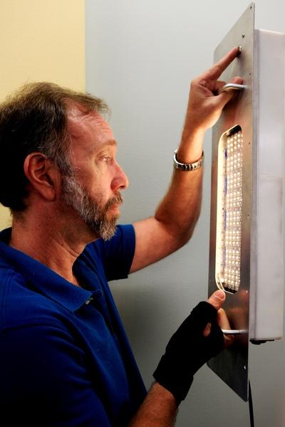 يفحص الباحث الفيزيائي إيريك هولبيرت Eirik Holbert، نموذجاً لجهاز إضاءة يحتمل أن يفتح آفاقاً جديدةً في تكنولوجيا الاتصالات اللاسلكية والتي تُعرف باسم الاتصالات باستخدام الضوء المرئي visible light communication أو اختصاراً (VLC). وعلى غرار الاتصالات عالية السرعة المعروفة باسم واي فاي (Wi-Fi )، فإن هذا المفهوم المعروف بـ اللاي فاي (Li-Fi)، أظهر إمكانية نقل بيانات غير محدودة تقريباً، وباستهلاك طاقة قليل جداً. المصدر: NASA/Kim Shiflett