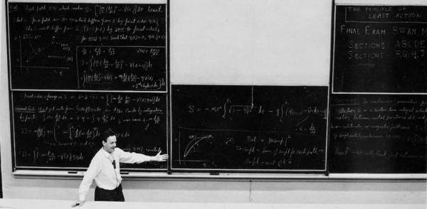 يشارك ريتشارد فاينمان ملاحظاته على اللوحة الدراسية مع الطلبة الجامعيين في الستينيات. حقوق الصورة:. AIP Emilio Segrè Visual Archives, Physics Today Collection