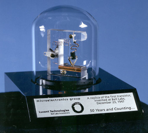 نسخة مطابقة لأول ترانزستور على الإطلاق، تم تصنيعه في مختبرات بل Bell Labs في عام 1947، حقوق الصورة: لوسنت للتكنولوجيا Lucent Technologies