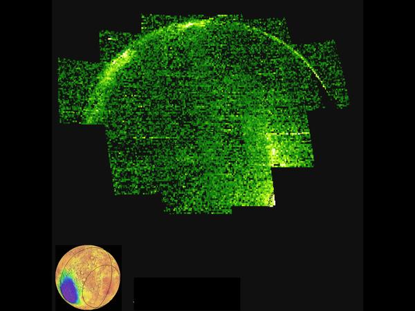توضح هذه الصورة انبعاث الأشعة فوق البنفسجية من أكسيد النيتريك NO في الجانب الليلي لكوكب المريخ. تُعرض هذه الانبعاثات بألوان مغايرة حيث يمثل الأسود القيم المنخفضة والأخضر القيم المتوسطة والأبيض القيم العالية. تظهر هذه الانبعاثات أثناء إعادة دمج النيتروجين الذري والأكسجين الذي يُنتج في الجانب النهاري. كاشفةً عن أنماط دوران الغلاف الجوي. تعتبر البقع والخطوط والشذوذ الأخرى في الصورة مؤشرات على التقلب الشديد لأنماط الغلاف الجوي في الجزء الليلي من المريخ. تشرح الصورة المدرجة العرض الهندسي على الكوكب. التقط المسبار مافين هذه الصورة للمريخ في 4 أيار/مايو 2016 في أواخر فصل الشتاء في المريخ في نصف الكرة الجنوبي. Credits: NASA/MAVEN/University of Colorado