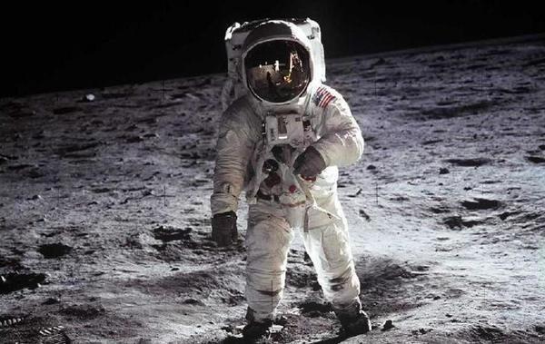الصورة المعروفة لباز ألدرين وهو على القمر في بعثة أبولو 11. المصدر: ناسا
