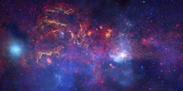 أنتجَ هذه الصورةَ المركّبةَ مرقابُ سبيتزر الفضائي التابع لناسا ومرصد تشاندرا الفلكي وتلسكوب هابل التابع لكل من وكالة ناسا ووكالة الفضاء الأوروبية. توضح الصورة المنطقة المركزية في مجرتنا درب التبانة، لاحظ أن مركز المجرة موجود ضمن المنطقة الناصعة البياض إلى اليمين وإلى أسفل منتصف الصورة. حقوق الصورة: NASA / JPL-Caltech / ESA / CXC / STScI.