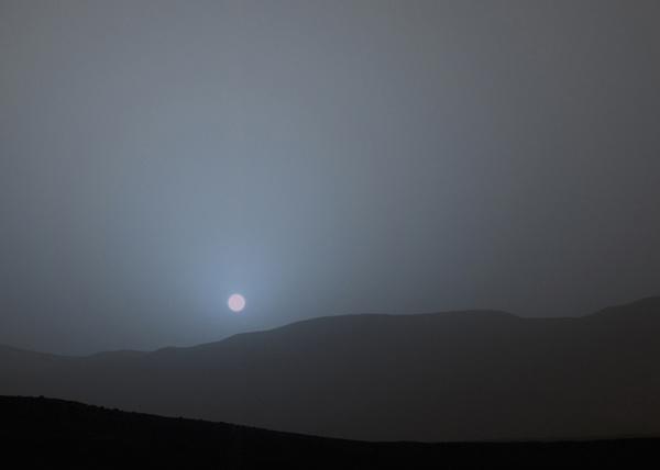 """تظهر هذه الصورة أول غروب شمس يتم رصده بالألوان بواسطة """"كيريوزيتي""""، وقد تمت معايرة الألوان وموازنتها لإزالة آثار أدوات الكاميرا، حيث ترى """"ماستكام"""" الألوان كما تراها العين البشرية"""
