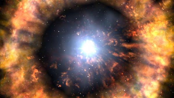 انطباع فني لنجم يتحول إلى مستعر فائق ، ملقياً محتوياته المخصبة كيميائياً في الكون. تنطلق هذه العناصر الجديدة خارجةً عن طريق هذه القوى المذهلة، راكبةً موجات الطاقة التي تلقيها عميقاً في الكون، وتبذرُ فيه جميع العناصر التي نعرفها. حقوق الصورة: NASA/Swift/Skyworks Digital/Dana Berryto