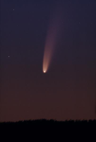 التقط المصور الفلكي كريس شور Chris Schur هذه الصورة للمذنب نيو وايز إف 3 من بايسون، أريزونا قبل الفجر في 5 يوليو/تموز 2020 (حقوق الصورة: كريس شور/ كريس شور للتصوير الفلكي).