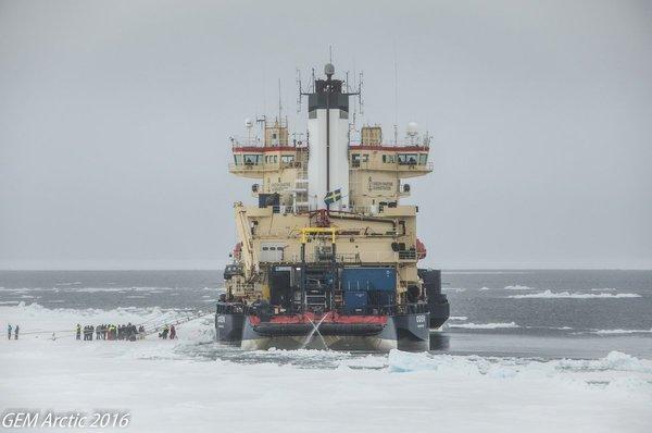 """صورة نشرت على حساب خفر السواحل الكندي على موقع تويتر:  تظهر الصورة كاسر الجليد السويدي """"أُودِن Oden"""" الذي يرسو على الجليد الرقيق الطافي في القطب الشمالي"""