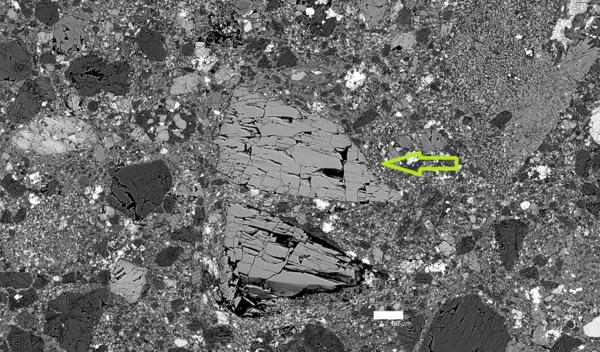 البيروكسين الحاد في الحجر النيزكي شمال غرب أفريقيا 7034 NWA 7034 وهو المشار إليه بالسهم.