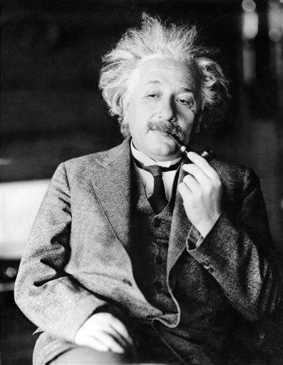 تظهر هذه الصورة غير المؤرخة الفيزيائي الأسطورة الدكتور ألبرت آينشتاين مؤلف النظرية النسبية. كان آينشتاين بمثابة الأب القلق حول ابنه الذي لم يكن يأخذ دراسته للهندسة على محمل الجد، كما كان ممتناً لعمه المفضل الذي كان قد أعطاه لعبة تحتوي على محرك بخاري حين كان صبياً، مما أدى إلى إيقاظ اهتمام بالعلوم دام مدى الحياة. كما كان يعتقد بأن الخيانة التي تعرضت لها إحدى صديقاته من زوجها ليست بذلك الأمر العظيم. تندرج هذه الرسائل وغيرها، بما في ذلك آراؤه الشخصية بالله والسياسة، بين 27 رسالة سيتم طرحها للمزاد العلني في هذا الأسبوع. مصدر الصورة: AP Photo