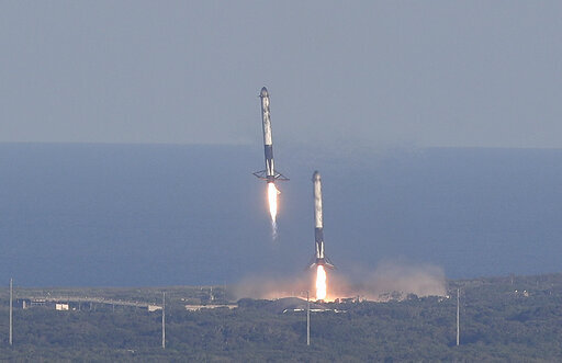 بعد ثماني دقائق من الإقلاع، هبط صاروخا المرحلة الأولى المُعززان بنجاح جنباً إلى جنب على منصةٍ في كيب كانافيرال، فلوريدا، يوم الخميس 11 أبريل، 2019.  حقوق الصورة: AP Photo/John Raoux