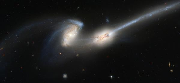 اندماج لمجرّتين كما صورهما تلسكوب هابل الفضائي. Wikimedia