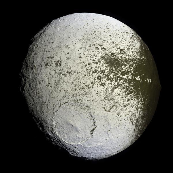 صورة بالألوان غير الحقيقية للقمر إيبيتوس ألتقطت من قبل المركبة كاسيني