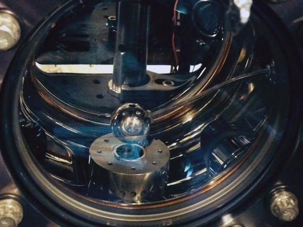 حجرة تفريغ مقياس التداخل الذري. مصدر الصورة: هولجر مولر Holger Muller photo. CC BY.
