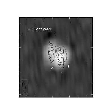 """خريطة المنطقة الوسطى من """"NGC 660"""" التي التقطت باستخدام شبكة """"VLBI"""" الأوروبية في أكتوبر 2013، والتي تبين كثافة متراوحة من منخفضة (الأسود) إلى مرتفعة (الأبيض) .1. موقع الثقب الاسود. 2. التدفق القدم من النظام باتجاهنا .3. يعتقد بأنه تدفق تتحرك بعيدا عنا . المصدر : ميغان أرغو ( JCBA/ (Megan Argo"""