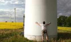 تمثل الرياح مصدرًا بديلًا واعدًا للطاقة. لا شك أن هذا الرجل في الصورة يشجع هذه التقنية! حقوق الصورة: iStockphoto/Thinkstock