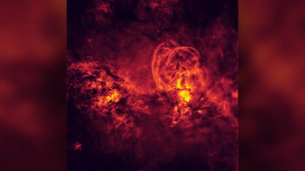 السديم NGC 3576، وهو سديم معروف في السماء الجنوبية. يظهر هنا بدون أي نجوم، وهو ظاهر باستخدام ألوان زائفة (حقوق الصورة: بيتر وارد).