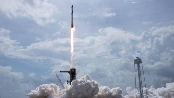 صورة لانطلاق صاروخ فالكون-9 التابع لسببس إكس حاملًا على متنه مركبة كرو دراغون التي أطلقت رواد فضاء ناسا في 30 مايو/أيار 2020 إلى المدار من منصة الإطلاق 39A في مركز كينيدي للفضاء الواقع في ولاية فلوريدا.  حقوق الصورة: (Bill Ingalls/NASA)