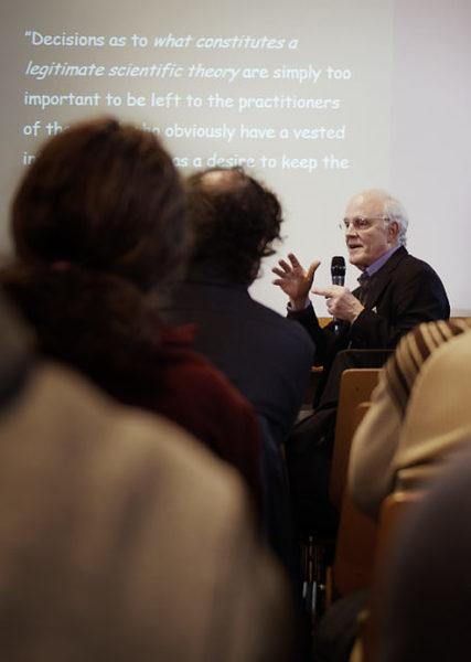 (ديفيد كروس، الفيزيائي الفائز بجائزة نوبل، في معهد كافلي للفيزياء النظرية، وكان قد جادل علناً بأن الفيزياء الأساسية تواجه أزمة). ملكية الصورة: لويفيفيا فانكون من مجلة كوانتا.