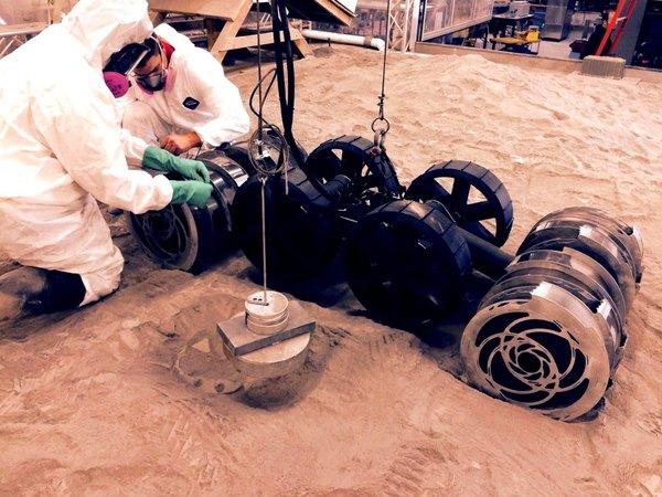 مهندسون يُجرون تعديلات على الجيل الثاني من روبوت العمليات المتطورة لنظام الثرى السطحي قبل اختباره في مركز كينيدي للفضاء.
