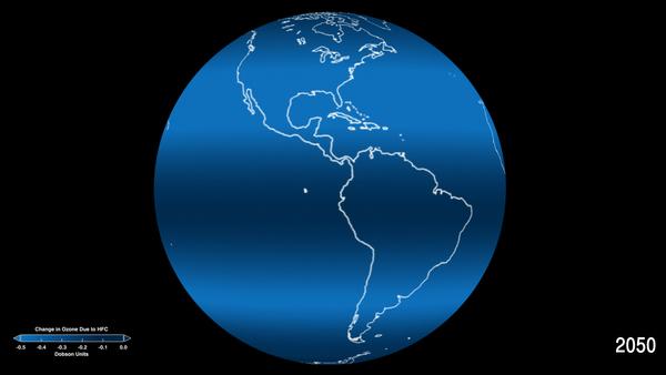 تمثيل كلّي للآثار المتوقعة لمركبات الهيدروفلوروكربون (HFC) على مستويات الأوزون على مختلف خطوط العرض في عام 2050. الكميات الصغيرة المفقودة من الأوزون والقابلة للقياس تقدر بوحدات الدوبسون، وهي الوحدة الأكثر شيوعا لقياس تركيز الأوزون. يقدر متوسط سمك طبقة الأوزون فوق سطح الأرض ب 300 وحدة دوبسون، أو ثلاثة ميليمترات.  حقوق: مركز جودارد لرحلات الفضاء التابع لناسا Credits: NASA's Goddard Space Flight Center