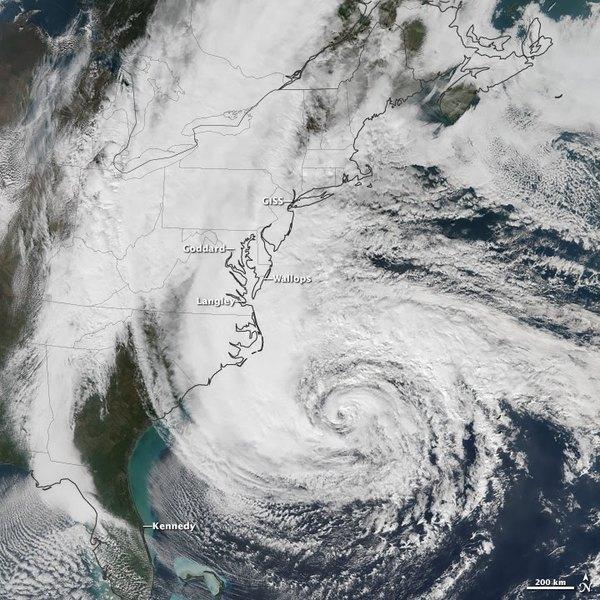 سبّب إعصار ساندي آثاراً على خمسة مراكز تابعة لوكالة ناسا على طول الساحل الشرقي للولايات المتحدة الأميركية، وقد شملت هذه التأثيرات الرياح وموجات البحر والأمطار. (صورة المرصد الأرضي التابع لوكالة ناسا بواسطة جوشوا ستيفينز Joshua Stevens، باستخدام بيانات سومي NPP VIIRS التي تقدمها منظمة NOAA CLASS