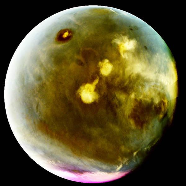 للتكوّن السريع للغيوم على سطح المريخ في 9-10 تموز/يوليو 2016. أُخرجت ألوان الصور فوق البنفسجية بألوان مغايرة، لإظهار ما يمكن أن نراه بعيون حساسة للأشعة فوق البنفسجية يظهر البركان المريخي الأطول أوليمبس مونس Olympus Mons كمنطقة مظلمة بارزة قرب الجزء العلوي من الصورة، على قمته سحابة بيضاء صغيرة تكبر أثناء النهار. يظهر البركان أوليمبس مونس مظلماً بسبب ارتفاعه فوق الكثير من الجو الضبابي مما يظهر باقي الكوكب مضاءً أكثر. تظهر ثلاثة براكين أخرى في صف قطري بغطائهم السحابي المتداخل الذي يصل إلى ألف ميل في نهاية اليوم  Credits: NASA/MAVEN/University of Colorado