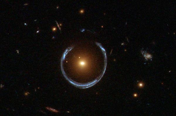 تُوضح الصورة حلقة اينشتاين المعروفة بحذاء الحصان وهي مُصورة بوساطة تلسكوب هابل الفضائي. حقوق الصورة: ناسا