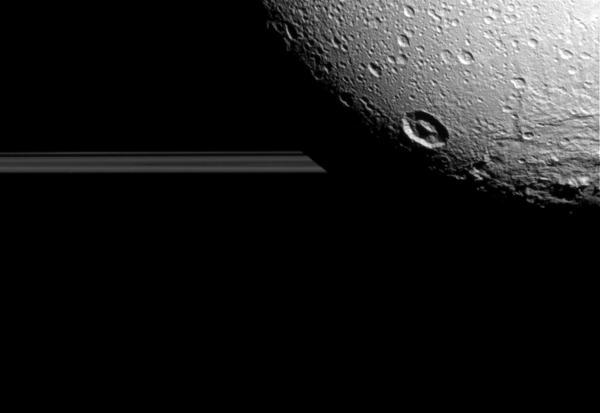 في هذه الصورة يظهر قمر ديوني أمام زحل وحلقاته الجليدية، التُقطتْ هذه الصورة بواسطة مركبة الفضاء كاسيني التابعة لوكالة ناسا خلال التحليق القريب الأخير لكاسيني من القمر الجليدي.  Credit: NASA / JPL-معهد كاليفورنيا للتكنولوجيا / معهد علوم الفضاء