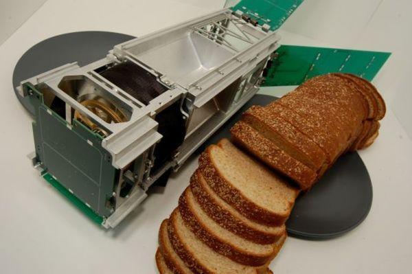 نموذج أولي لمركبة لايت سايل بجانب رغيف من الخبز للمقارنة بالحجم.  حقوق الصورة: Justin Jang/The Planetary Society