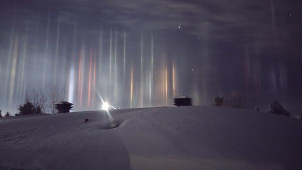أسقط الضوء من مصادر على سطح الأرض كالإشارات الضوئية واللافتات التجارية.