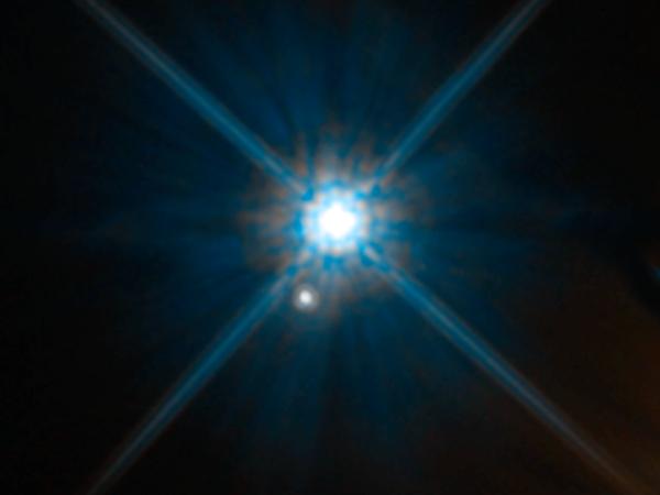 يمكن أن تكون المظاهر خداعة، ففي صورة تلسكوب هابل هذه يبدو القزم الأبيض شتاين 2051B والنجم الأصغر أدناه كما لو كانا جارين قريبين، لكنّ النجمين بعيدان عن بعضهما جدا في الواقعً، إذ يبعد شتاين 2051B حوالي17 سنة ضوئية عن الأرض، فيما يبعد النجم الآخر حوالي 5000 سنة ضوئية عنها. وقد سمي شتاين 2051B نسبة لمكتشفه، الكاهن الروماني الكاثوليكي والفلكي يوهان شتاين Johan Stein. حقوق الصورة: NASA, ESA, and K. Sahu (STScI)