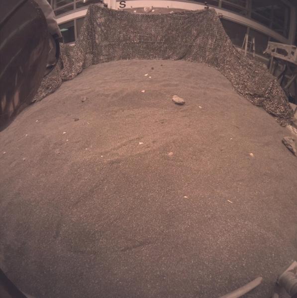 لتقط الصورة النموذجُ الهندسي لمركبة إنسايت أثناء تجريب نشر أدوات المركبة في تربة مشابهة لتربة المريخ في مختبر الدفع النفاث JPL التابع لناسا في باسادينا، كالفورنيا. حقوق الصورة: NASA/JPL-Caltech
