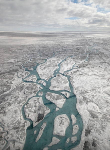 تدفقُ تيارات المياه الذائبة والأنهار على سطح المنطقة الغريبة من الغطاء الجليدي لغرينلاند. ملكية الصورة: Andrew Sole, University of Sheffield