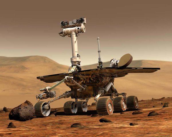 تخيل فني للمركبة السيارة المريخية سبيريت، وهي أحد السيارات المريخية التي كانت جزءًا من برنامج مير، والمركبة الأخرى كانت أبورتونيتي. وقد أرسلت المركبتان لناسا معلومات ساعدت علماءها في وصف بيئة المريخ وتاريخه الجيولوجي. المصدر:NASA/JPL-Caltech
