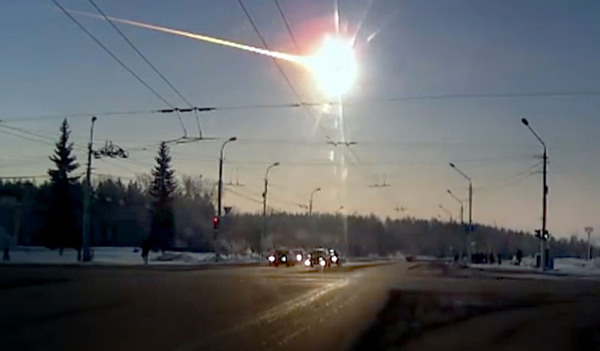 الشهاب المتفجر الذي وقع على تشيليابنسك كما سجلته كاميرا سيارة من كامينسك أورالسكي، شمال تشيليابنسك، بينما كان الوقت لا يزال فجرًا