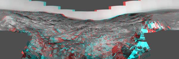 """ظهر هذا المنظر المجسم من الكاميرا الملاحية (Navcam) الخاصة بمسبار المريخ كريوسيتي صورة بانورامية بـ360 درجة حول الموقع الذي قضى فيه المسبار يومه المريخي الألف. تظهر الصورة ثلاثية الأبعاد إذا نُظر إليها بواسطة نظارات حمراء وزرقاء (بحيث تكون الحمراء على اليمين). هذا الموقع قريب من """"ممر مارياس"""". حقوق الصورة: NASA/JPL-Caltech."""