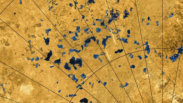 تُظهِر الصورُ الرادارية الملتقَطةُ من المركبة كاسيني التابعة لناسا وجودَ العديد من البحيرات على سطح تايتان، بعض هذه البحيرات مملوء بالسوائل وبعضها يبدو كمنخفضات فارغة.   المصدر: NASA/JPL-Caltech/ASI/USGS