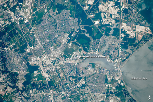 ارتفع مستوى مياه البحر في خليج جالفيستون بالقرب من مركز جونسون للفضاء، 2.5 إنشاً تقريباً (6.4 سم) في العقد الواحد، وتعد هذه النسبة أعلى بكثير من أي مركز آخر تابع لناسا.  المصدر: Astronaut photograph ISS024-E-10403 provided by the ISS Crew Earth Observations experiment, Johnson Space Center