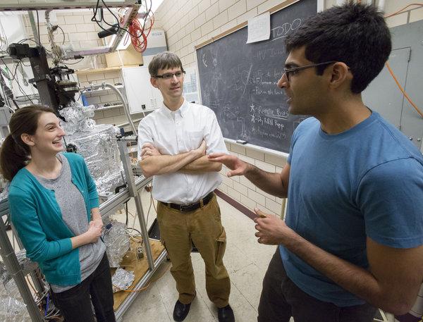 يعمل أستاذ علم الفيزياء بيتر أبامونتي (في المنتصف) مع طلاب الدراسات العليا أنشول كوغار (إلى اليمين) وميندي راك (يسارًا) في مختبره في مختبر فريدريك سيتز لأبحاث المواد Frederick Seitz Materials Research Laboratory. حقوق الصورة: L. Brian Stauffer, University of Illinois at Urbana-Champaign.