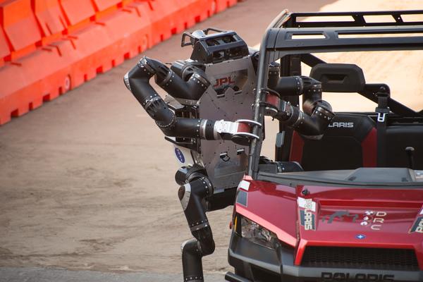 روبوسيميان يخرج من سيارته بعد قيادة قصيرة في مسار متعرج في نهائيات تحدي (DARPA) للروبوتات حقوق الصورة: JPL_معهد كاليفورنيا للتكنولوجيا (Caltech)