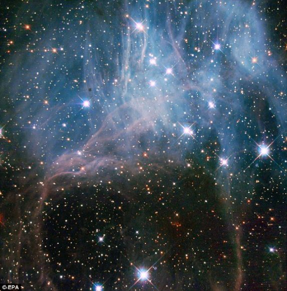 نحن مغمورون بالضوء المنبعث من نجوم ميتة منذ فترة طويلة، يساهم كل منها بمكون أساسي للكون وضروري للحياة. حقوق الصورة: Hubble