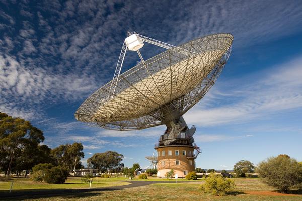 قد استخدمنا تلسكوب باركز لمراقبة نجم نابض عن كثب بحثاً عن إشارات تدل على تجاوز الأمواج الثقالية. حقوق الصورة: CSIRO، Author provided