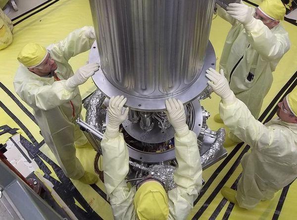 صورة لمهندسي ناسا وNNSA في أثناء إنزالهم جدار غرفة التفريغ حول مفاعل الكيلوواط باستخدام تكنولوجيا ستيرلنغ (نظام KRUSTY). ويتم إخلاء غرفة التفريغ من الهواء لمحاكاة ظروف الفضاء حيث سيعمل KRUSTY. حقوق الصورة: Los Alamos National Laboratory