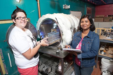 الخريجون ريبيكا ميكول، ونافيتا سينها Navita Sinha أثناء الاستعداد لوضع مولدات الميثان في حجرة بيجاسوس Pegasus في مختبر (W.M. Keck).   حقوق الصورة: University of Arkansas