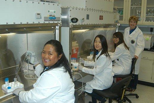 الفريق العلمي في المختبر الموجود ضمن مركز كينيدي للفضاء في فلوريدا، والذي قام بالعمل على العينات قبل إطلاقها إلى الفضاء. من اليسار إلى اليمين: تارا كانديلاريو، ميا يوشيدا، إيميلي مارتينز، والباحثة الرئيسية ميلي هوفز-فولفورد. المصدر: NASA / Cory Huston