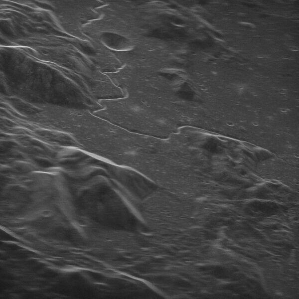 صورة ملتقطة بالرادار تظهر منطقة نزول مركبة أبولو 15 سنة 1971، ولإيجاد موقع النزول، اتبع قناة هادلي (وهي الخط الشبيه بالأفعى) نزولًا نحو فوهة هادلي سي (وهو التجويف الموجود بجانب الخط): لتجد أن مركبة أبولو 15 قد نزلت بالمنطقة التي تبدأ بالانزياح نحو يمين الصورة. حقوق الصورة: NRAO/GBO/Raytheon/NSF/AUI